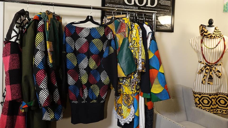 Des vêtements accrochés sur des cintres.