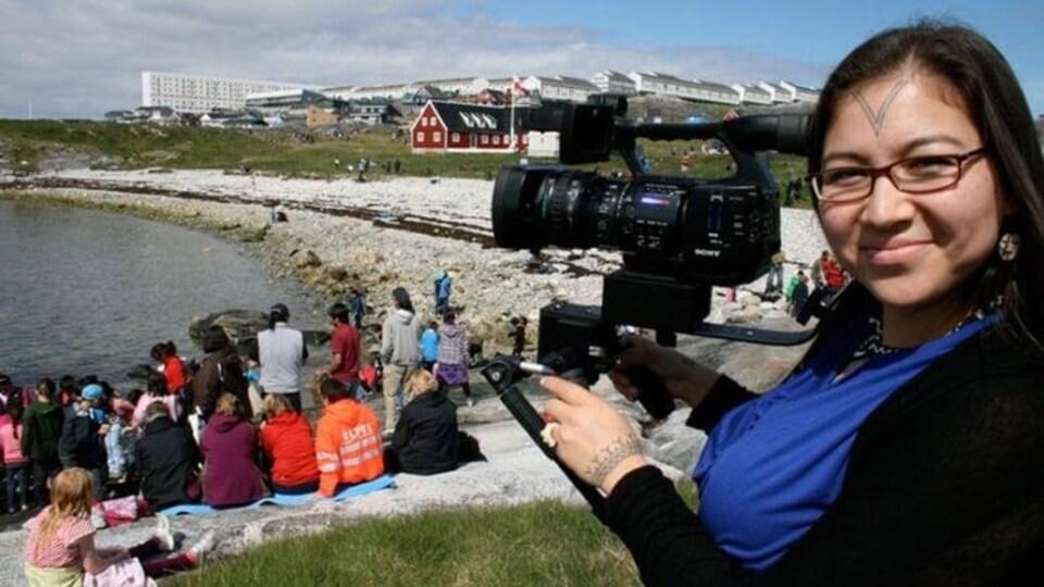 La réalisatrice Alethea Arnaquq-Baril caméra en mains.