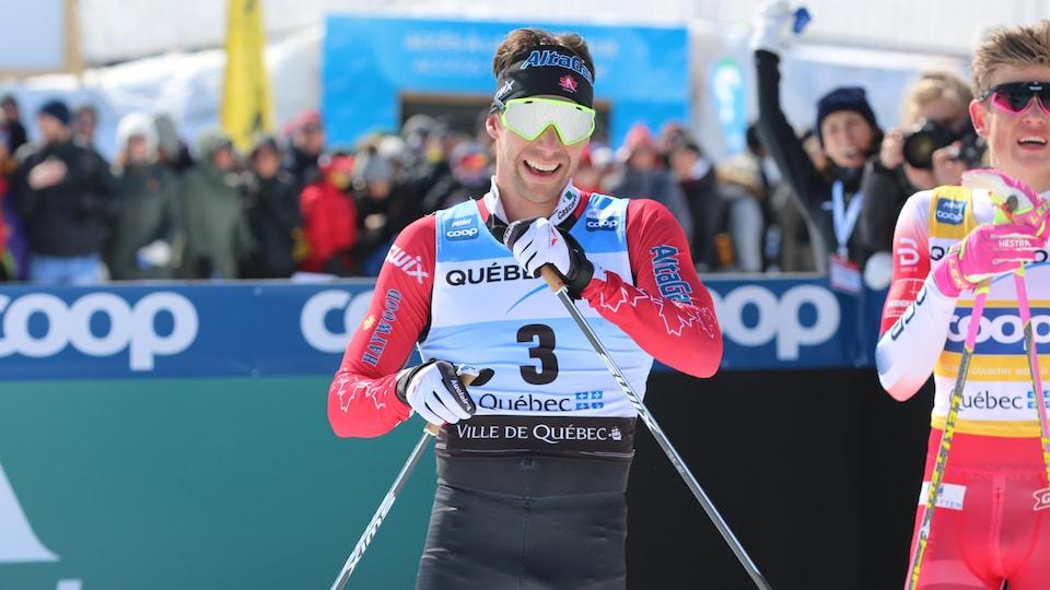Il sourit à l'arrivée d'une course à Québec.
