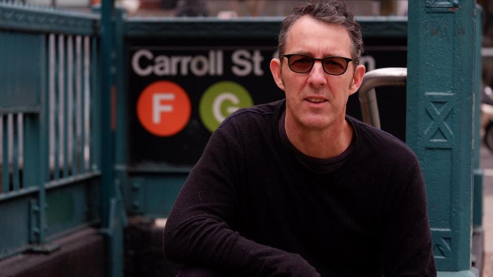 L'environnementaliste Alex Mathiessen est photographié devant une entrée du métro de New York.