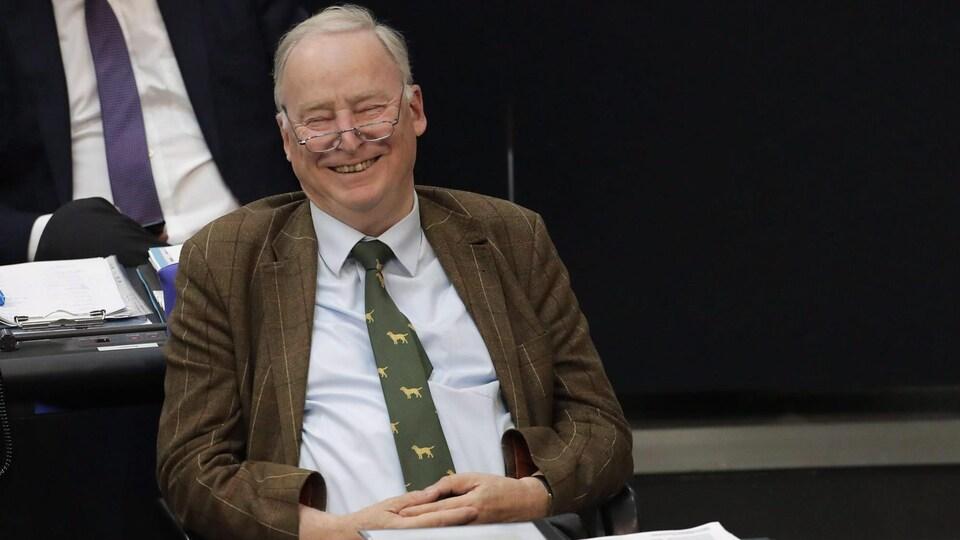 Un homme assis au parlement allemand.