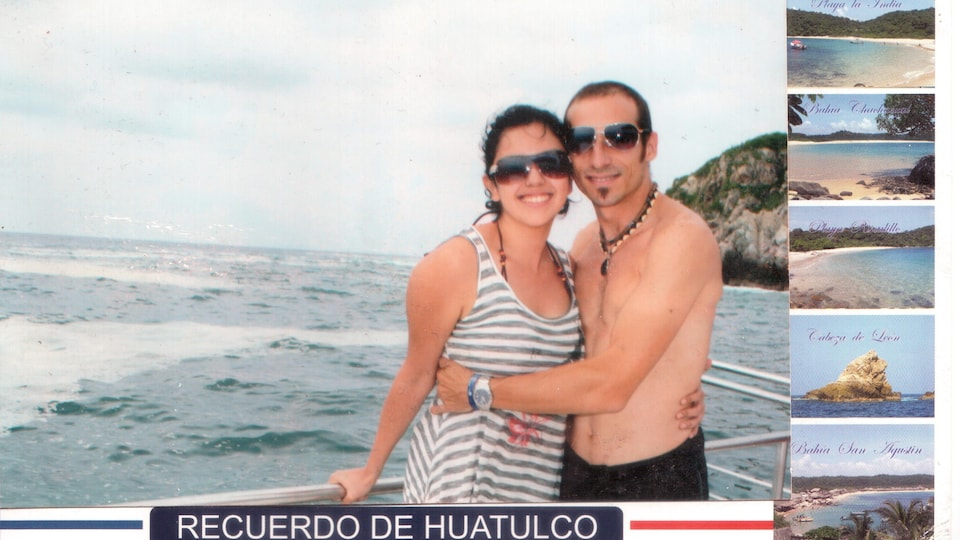 Jennifer et Alexandre enlacés sur le bord de l'océan au Mexique.