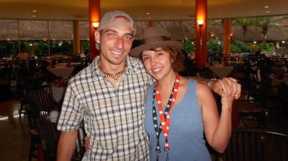 Alexandre et Jennifer se prennent par la main dans un hôtel au Mexique.