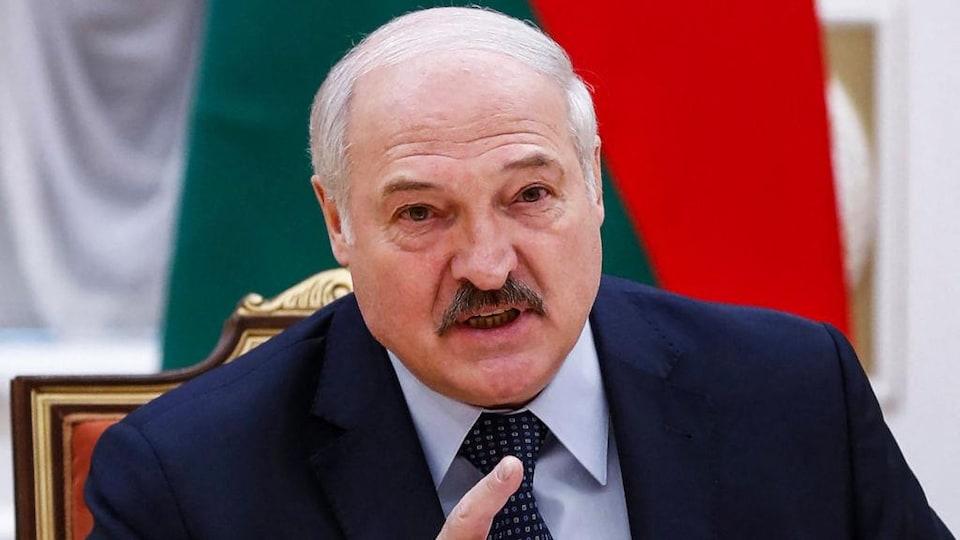 Alexandre Loukachenko parle en levant le doigt devant lui.
