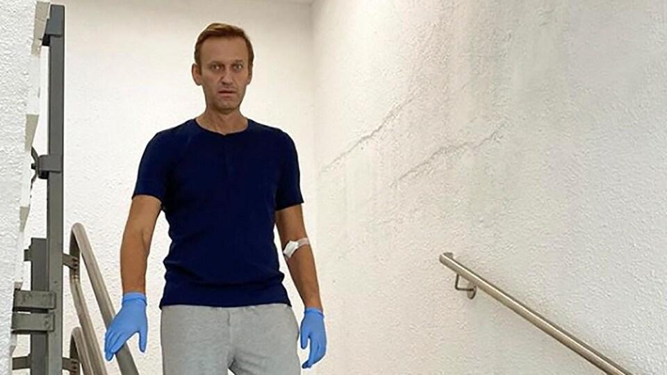 Alexeï Navalny descend les escaliers de l'hôpital Charite à Berlin, en Allemagne.