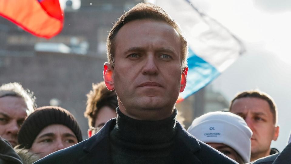 Portrait d'Alexeï Navalny dans une foule.
