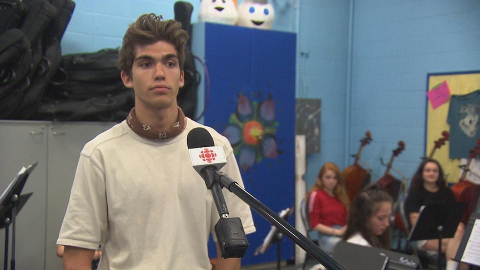 Un adolescent qui accorde une entrevue.