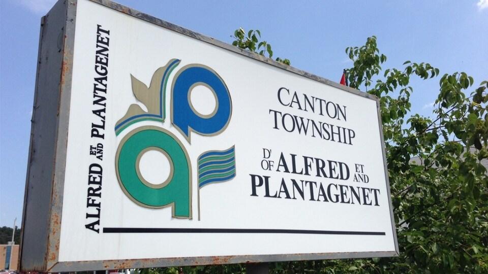 Un panneau d'accueil du canton d'Alfred et Plantagenet avec le logo du canton.