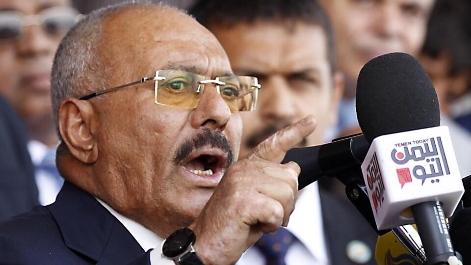 Ali Abdallah Saleh devant un micro.