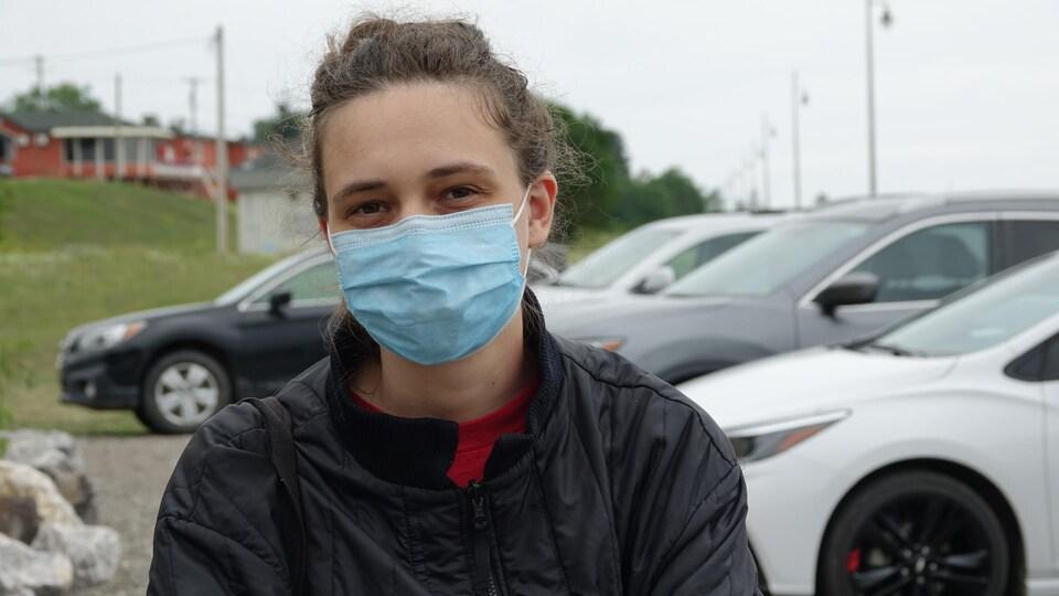 Alice Bocquet est photographiée avec un masque