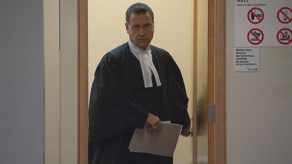L'avocat Pierre Gagnon qui sort d'un bureau.