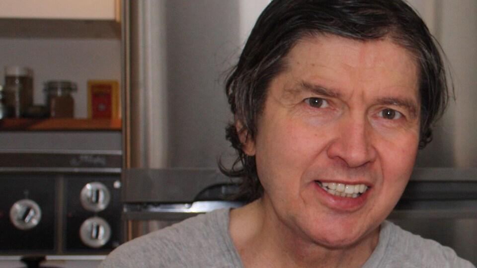 Patrick Allard dans la cuisine de son appartement.