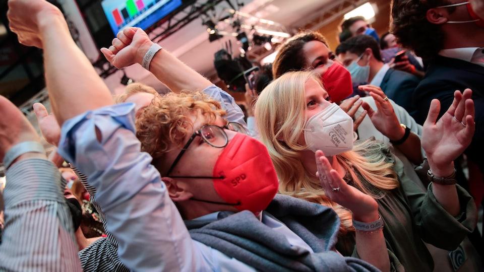 Des Allemands célèbrent des résultats électoraux.