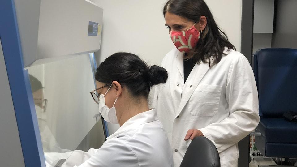 Des chercheuses travaillent sur les échantillons dans un laboratoire.
