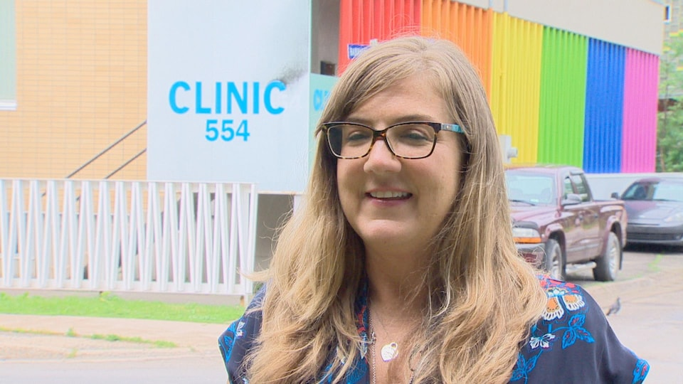 Allison Webster devant la clinique 554.