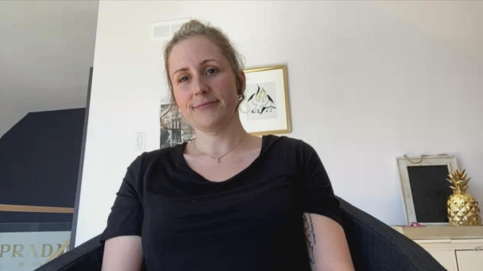 La conseillère municipale de Percé Allyson Cahill-Vibert accorde une entrevue en visioconférence à Radio-Canada.