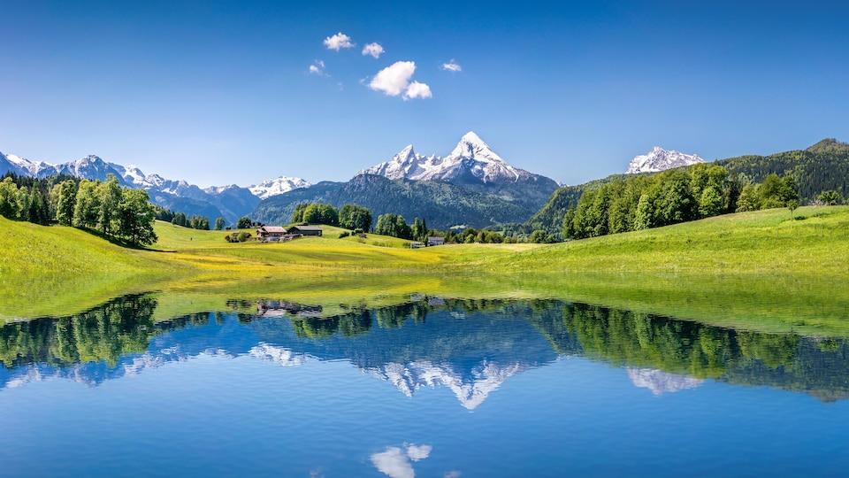Paysage des Alpes suisses dans lequel se trouve un lac.