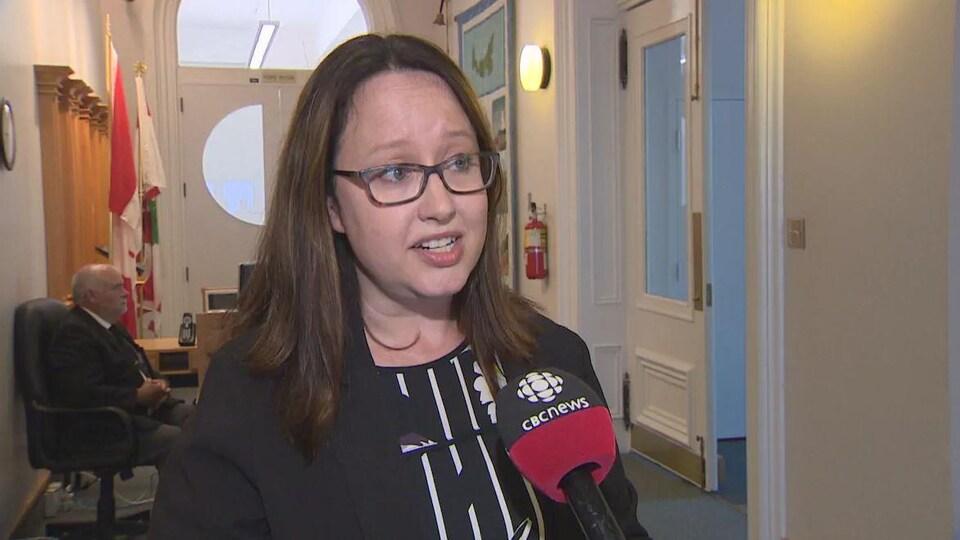 Trish Altass en entrevue dans un couloir de l'édifice de l'Assemblée législative
