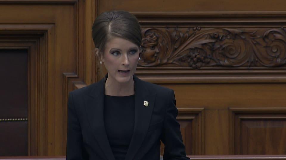 La députée debout qui parle en chambre.