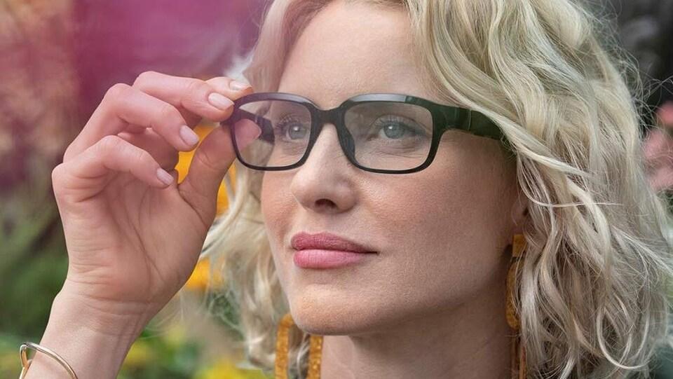 Une femme porte les lunettes connectées d'Amazon.