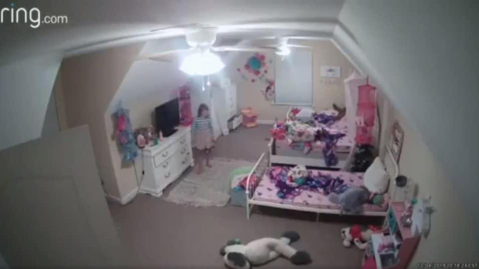 Des images d'une caméra de surveillance dans la chambre d'une petite fille.