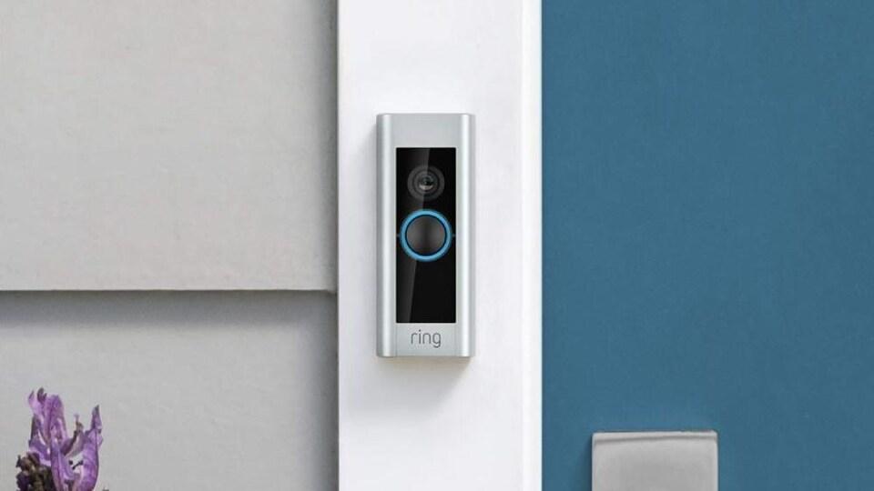 Une sonnette Amazon Ring à côté d'une porte d'entrée d'un domicile.