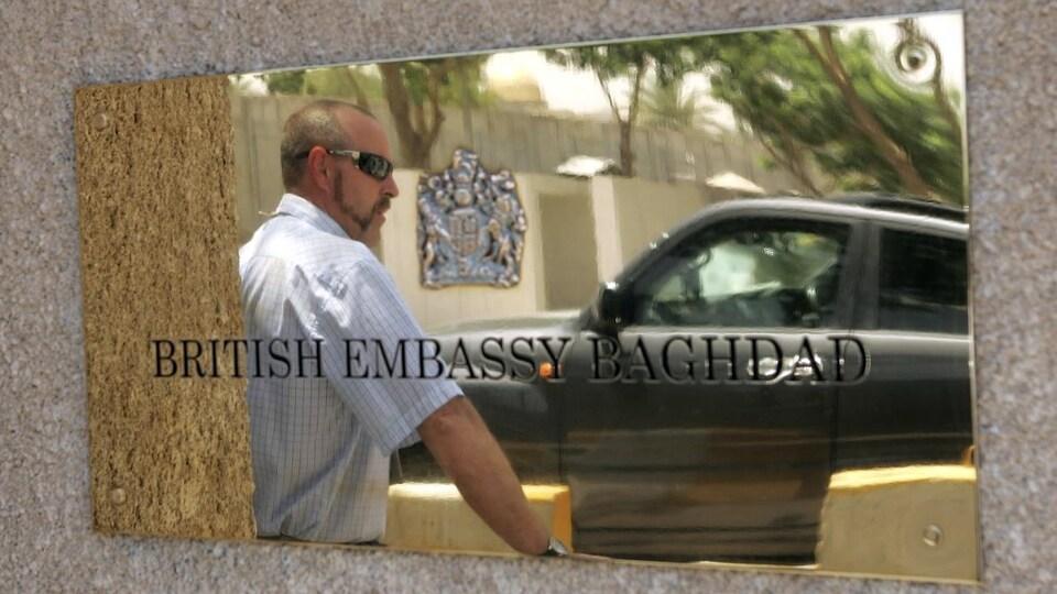 Un agent de sécurité est posté devant l'ambassade de Grande-Bretagne.