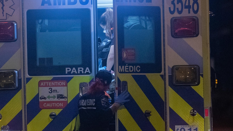 La porte arrière entrouverte d'une ambulance