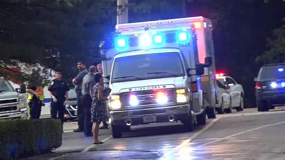 Une ambulance attend près des lieux du naufrage.