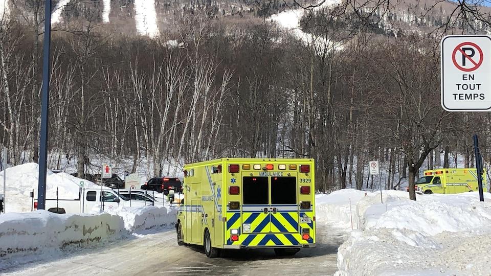 Deux ambulances près du Mont-Sainte-Anne.