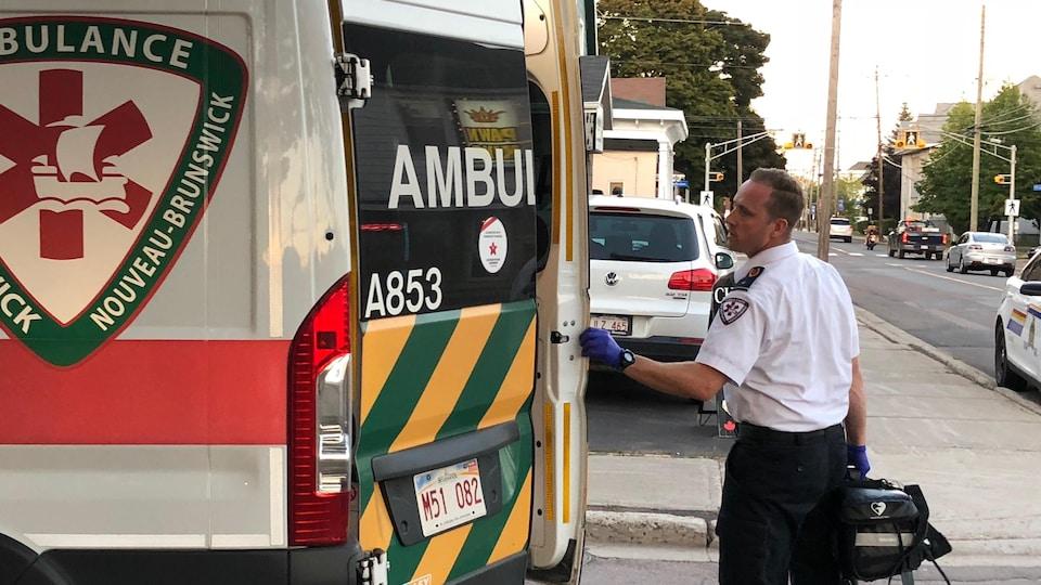 Un ambulancier de Ambulance NB ferme les portes d'un camion.