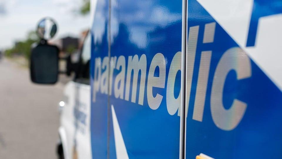 Une ambulance bleu et blanc.