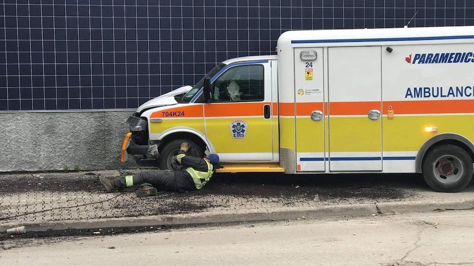 Une ambulance et un mur en carreaux.