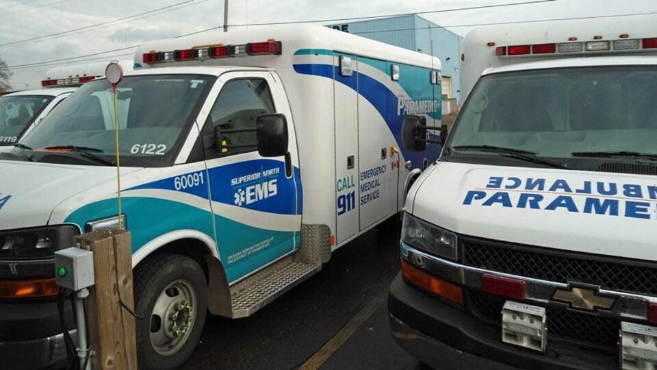 Des ambulances stationnées.