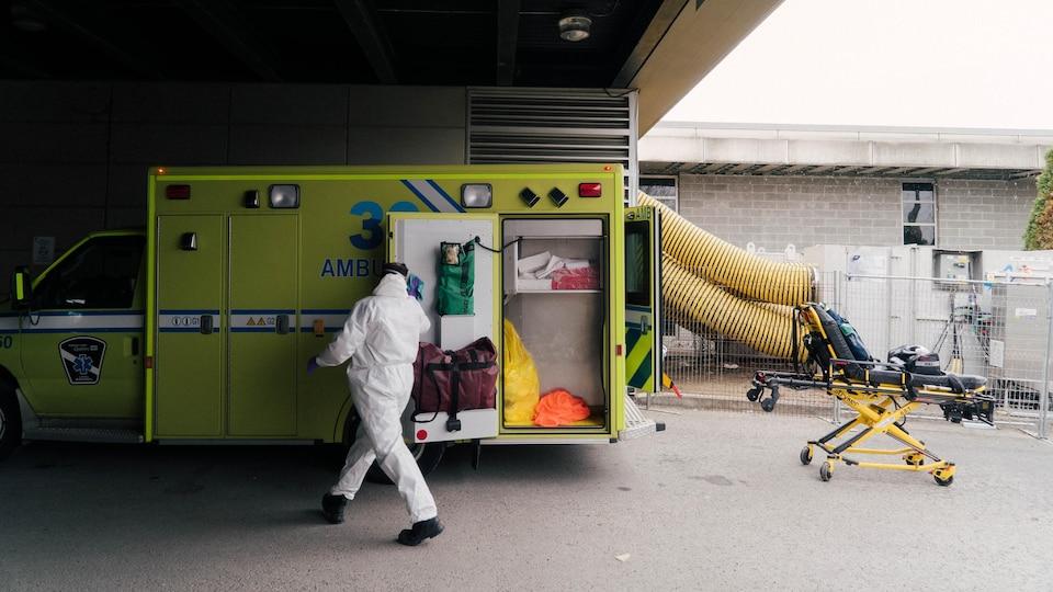 Un ambulancier à l'hôpital du Sacré-Coeur.