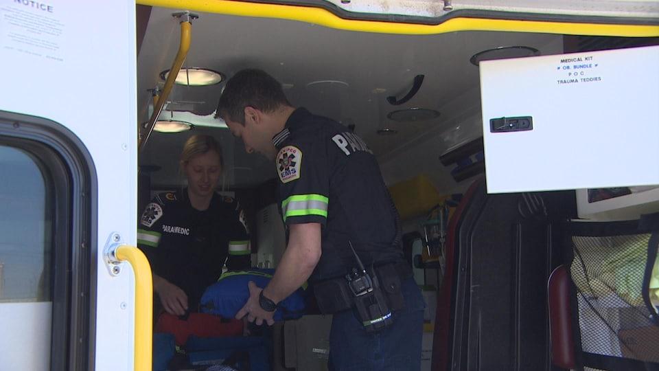 Les ambulanciers préparent leur matériel.