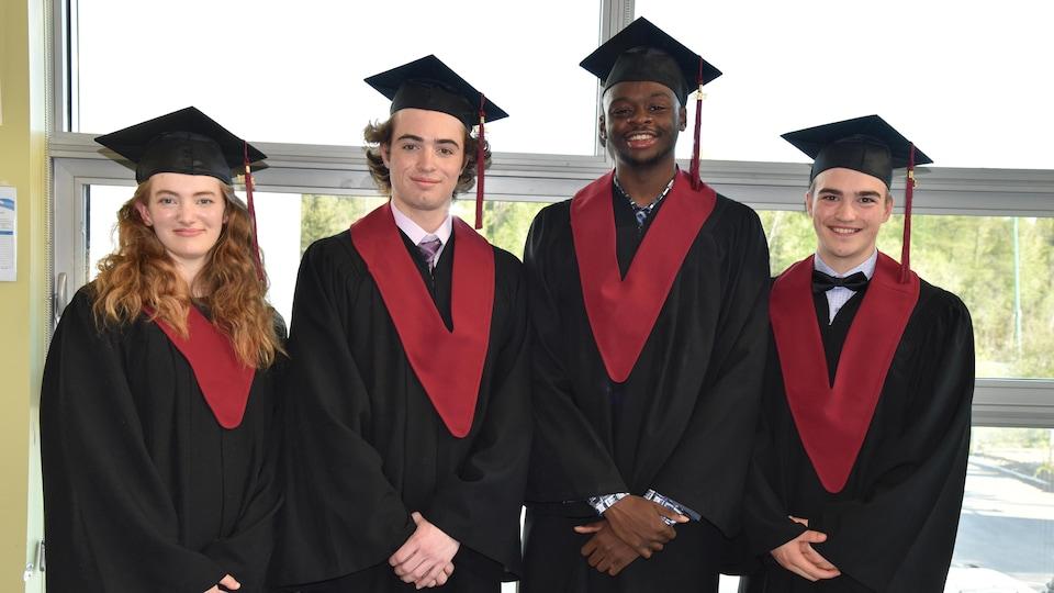 Amélie Schwarz, Samuel Gilbert, Ellie Zantoko-Lubaki et Sylvain Rourke lors de leur cérémonie de remise de diplôme du secondaire.