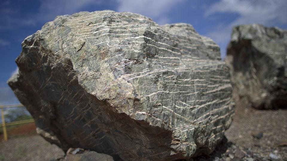 Un rocher contenant des veines de chrysolite, duquel est extrait l'amiante.