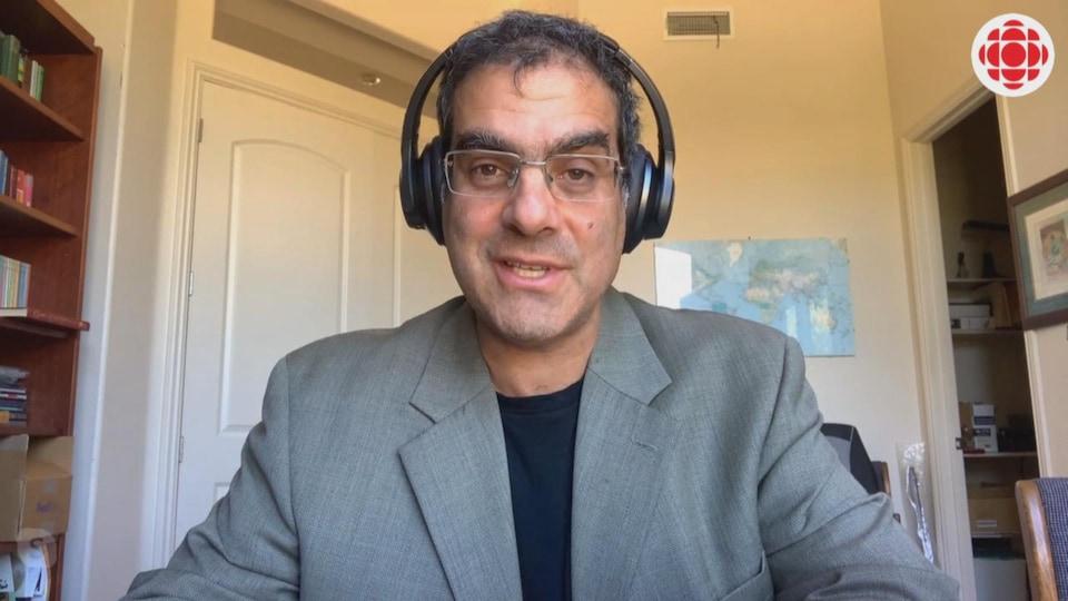 Une personne donne une entrevue par vidéoconférence.