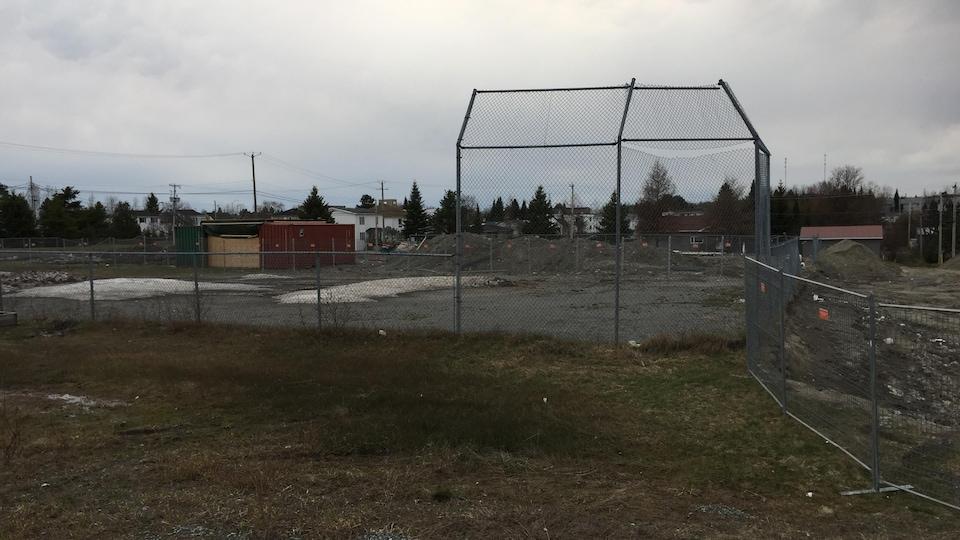 Un ancien terrain de baseball est entouré d'un site de construction.
