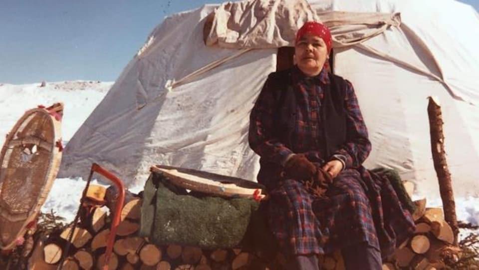 An Antane Kapesh, devant une tente.