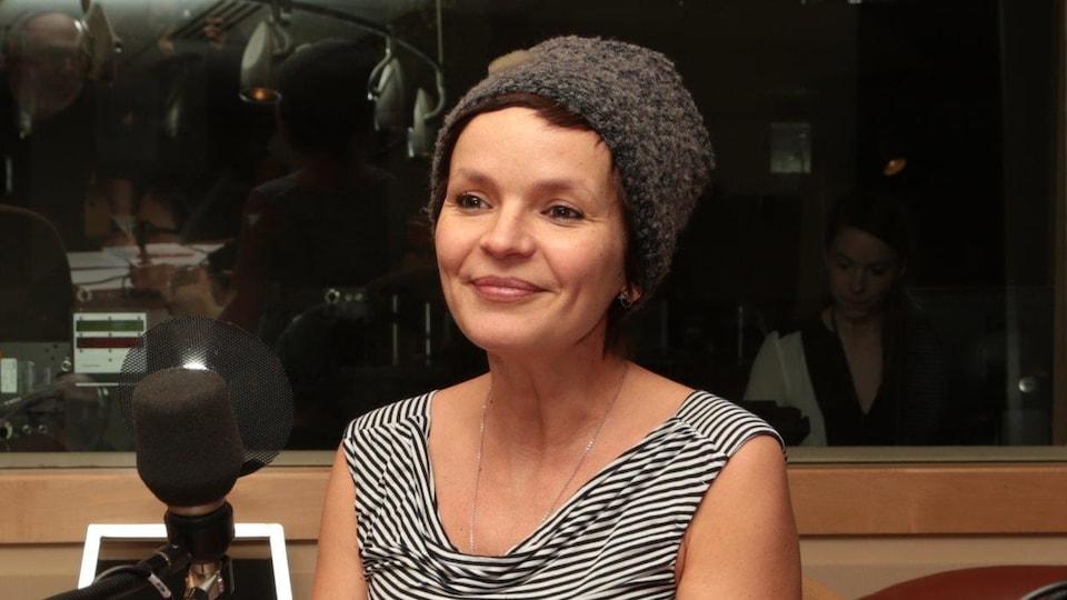 La réalisatrice en studio.