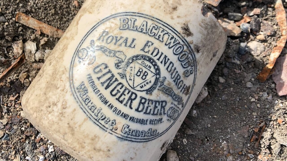 Une ancienne bouteille de bière portant l'inscription «Blackwood's Ginger Beer. Prepared from an old and valuable recipe. Winnipeg, Canada.»