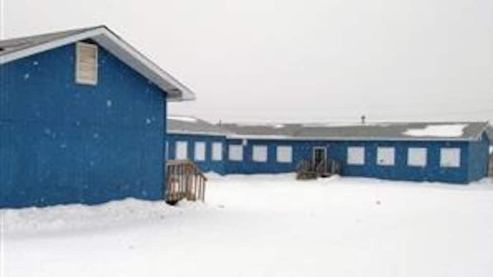 Ancienne école d'Attawapiskat sur la côte ouest de la baie James.