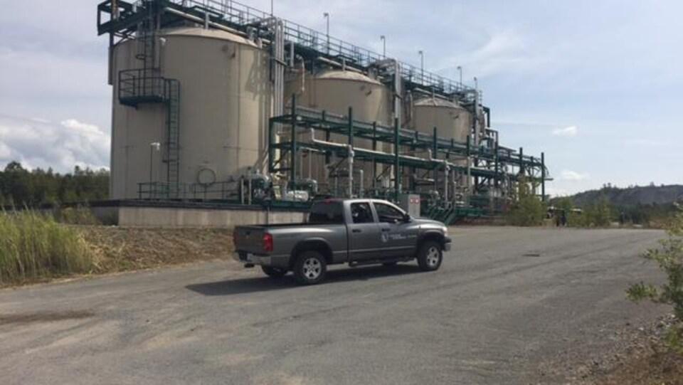 Un véhicule circule sur le futur site de l'usine Alliance magnésium à Danville.