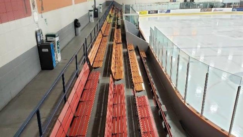 Les bancs faits en bois du Centre sportif de Saint-Pascal.