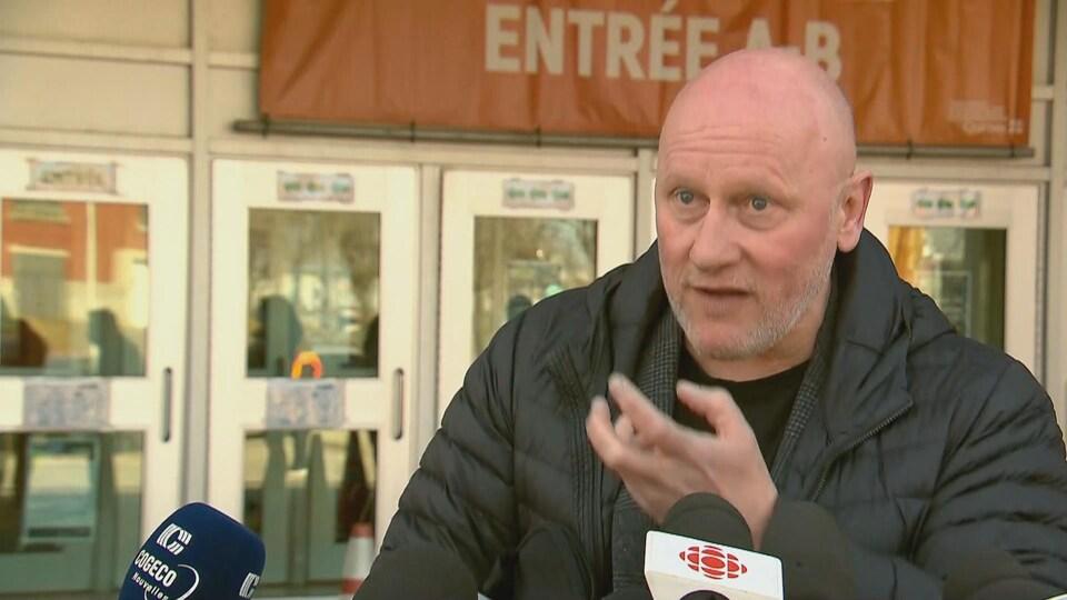 Le directeur régional de la santé publique de la Capitale-Nationale, le Dr André Dontigny, s'adresse aux médias devant un centre de vaccination, à Québec.