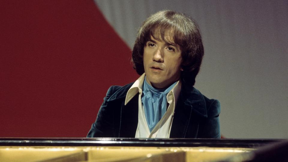 L'homme joue du piano sur scène de plateau de télévision.