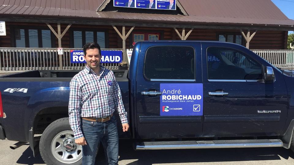 Un candidat du Parti conservateur devant son bureau de campagne en Ontario.