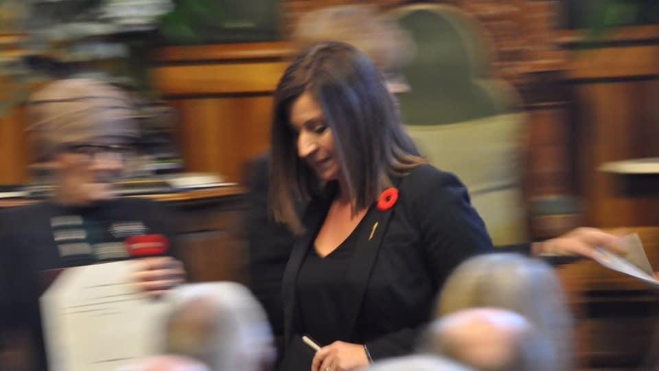Andrea Anderson-Mason s'avance vers la lieutenante-gouverneure.